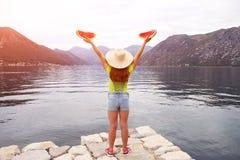 Девушка с арбузом на заливе Kotor каникул стоковое изображение