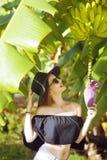 Девушка с банановым деревом в тропике Стоковое Изображение RF