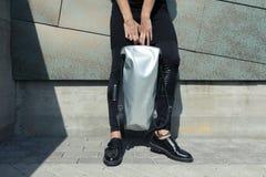 Девушка с белой сумкой в его руках Стоковые Фотографии RF