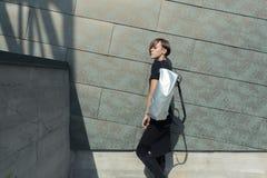 Девушка с белой сумкой около стены Стоковое фото RF