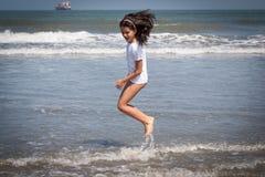 Девушка с белыми скачками рубашки Стоковые Изображения