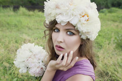 Девушка с белым венком пиона Стоковая Фотография