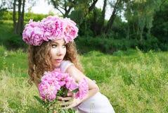 Девушка с белым венком пиона Стоковые Изображения RF