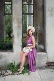 Девушка с белым венком пиона Стоковое Фото