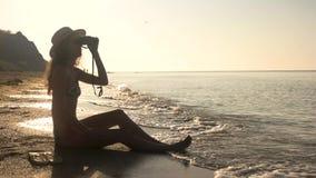 Девушка с биноклями на seashore видеоматериал