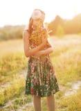 Девушка с букетом wildflowers Стоковое Фото