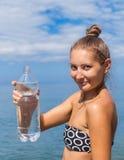 Девушка с бутылкой чисто естественной воды Стоковые Изображения