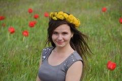 Девушка с венком одуванчиков на ее голове красивейшая фе Стоковое Изображение