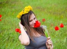 Девушка с венком одуванчиков на ее голове красивейшая фе Стоковое фото RF