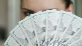 Девушка с вентилятором долларов сток-видео