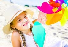 Девушка с ветрянкой на море в лете Стоковые Изображения