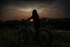 Девушка с велосипедом Стоковое Изображение