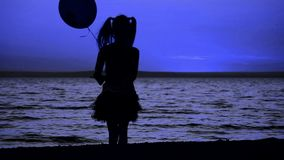 Девушка с воздушным шаром идет к морю сток-видео
