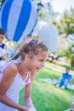 Девушка с воздуходувкой мыла Усмехаться и смеяться над Стоковое фото RF