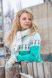 Девушка с вьющиеся волосы в зеленом свитере стоковые фото
