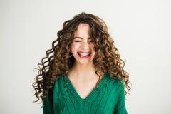 Девушка с вьющиеся волосы на парикмахере на белой стене Парижская девушка в одеждах зимы Взгляд моды и концепция красоты стоковая фотография