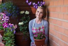 Девушка с в горшке цветками Стоковые Фотографии RF
