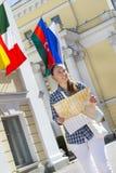 Девушка с географической картой в руках города, St Peter Стоковые Фотографии RF