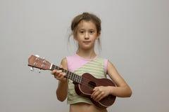 Девушка с гитарой гавайской гитары Стоковое Изображение