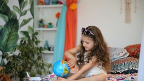 Девушка с глобусом акции видеоматериалы
