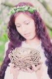 Девушка с гнездом птицы Стоковая Фотография RF