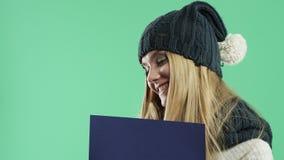 Девушка с голубым знаком на зеленой предпосылке сток-видео