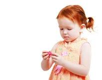 Девушка с губной помадой в ее руках Стоковые Изображения