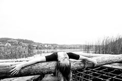 Девушка с диаграммой спорт сексуальной на предпосылке спокойного реки осени Йога, раздумье, ослабляет Стоковая Фотография RF