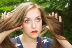 Девушка слегка ударяя ее волосы Стоковое Фото