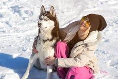 Девушка с ее милой лайкой собаки на прогулке Стоковые Изображения