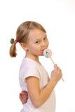 Девушка с леденцом на палочке на белой предпосылке Стоковое Фото