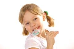 Девушка с леденцом на палочке на белой предпосылке Стоковые Фотографии RF