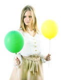 Девушка с желтым и зеленым шариком стоковые фотографии rf