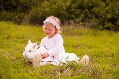 Девушка с зайчиком любимчика Стоковое фото RF