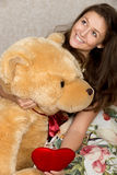 Девушка с заполненными сердцем и медведем Стоковое Изображение