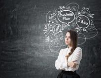 Девушка с заплетенными волосами около эскиза бизнес-плана Стоковые Фото