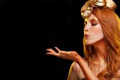 Девушка с золотым макияжем, кожа фотомодели красоты золота составляет, стоковые фото