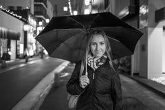 Девушка с зонтиком в Кагошиме стоковые фото