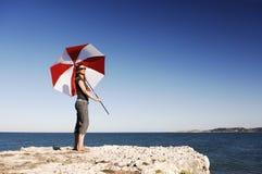 Девушка с зонтиком на пляже Стоковые Изображения RF