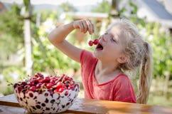 Девушка с зрелым красным плодоовощ вишни стоковая фотография