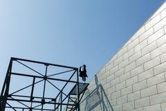Девушка с зданием Стоковые Фотографии RF