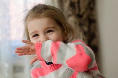 Девушка с излучающими темными глазами оконфузила и прячет ее сторону с стоковое изображение rf