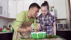 Девушка с ингредиентами теста смешивания Синдрома Дауна и отца сток-видео