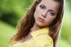 Девушка с длинними волосами и милой стороной Стоковые Фотографии RF