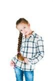 Девушка с длинной оплеткой в рубашке и джинсах шотландки Стоковое Фото