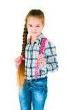 Девушка с длинной оплеткой в рубашке и джинсах шотландки Стоковые Фотографии RF