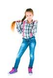 Девушка с длинной оплеткой в рубашке и джинсах шотландки Стоковые Фото