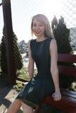Девушка с длинными волосами на стенде в парке Стоковые Фото