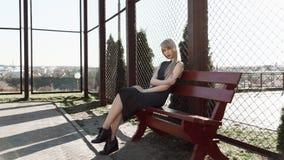 Девушка с длинными волосами на стенде в парке Стоковое Фото