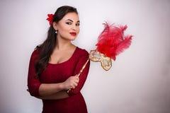 Девушка с длинными коричневыми волосами в красных одеждах стоковая фотография rf